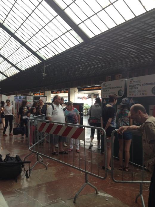 02/09/2014 駅ではジプシー排除に向けて_a0136671_23463031.jpg