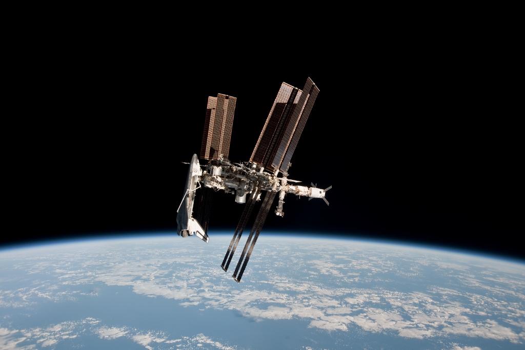 国際宇宙ステーションとスペースシャトルのドッキングの貴重な画像_d0063814_18223299.jpg