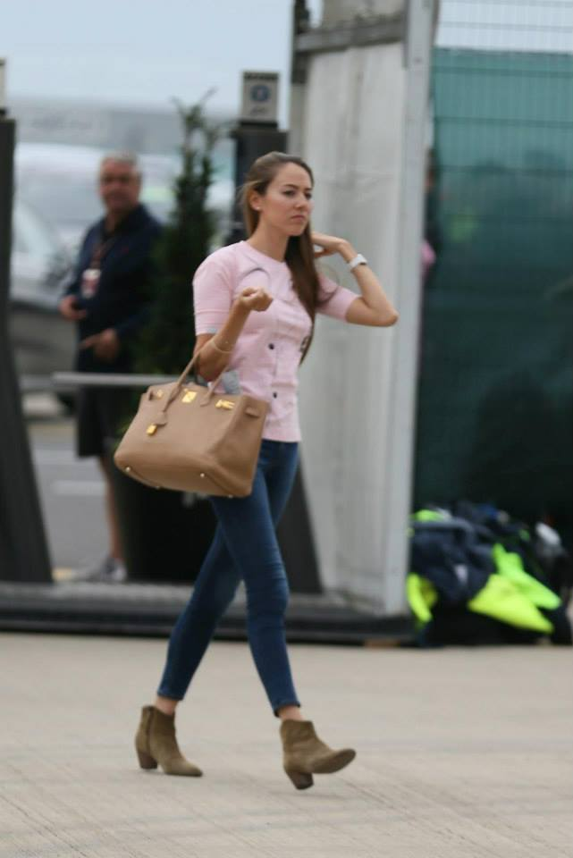 ピンクの服を着ている道端ジェシカ