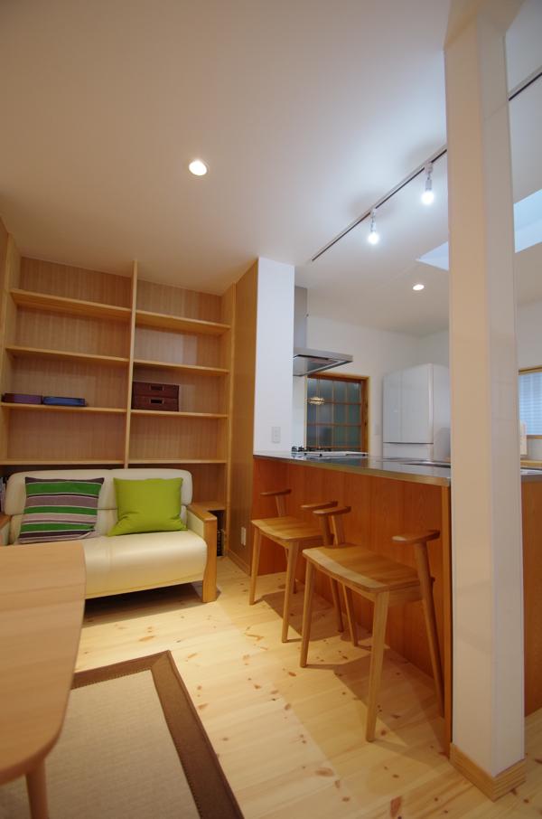 キッチンと図書コーナー/陽廻りの家_c0004024_94117100.jpg