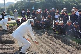 安中1年生が奮闘!~まちづくり農業体験~ _e0175370_8513150.jpg