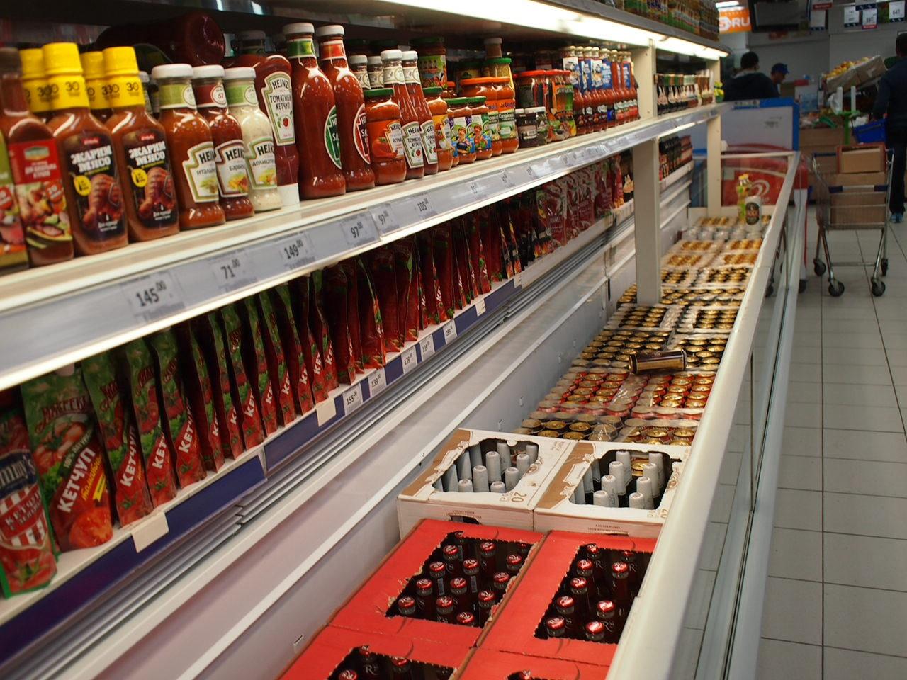 品不足が如実に表れてきたロシア 仕方ないのでスーパーの棚にケチャップばかり大量に並べる