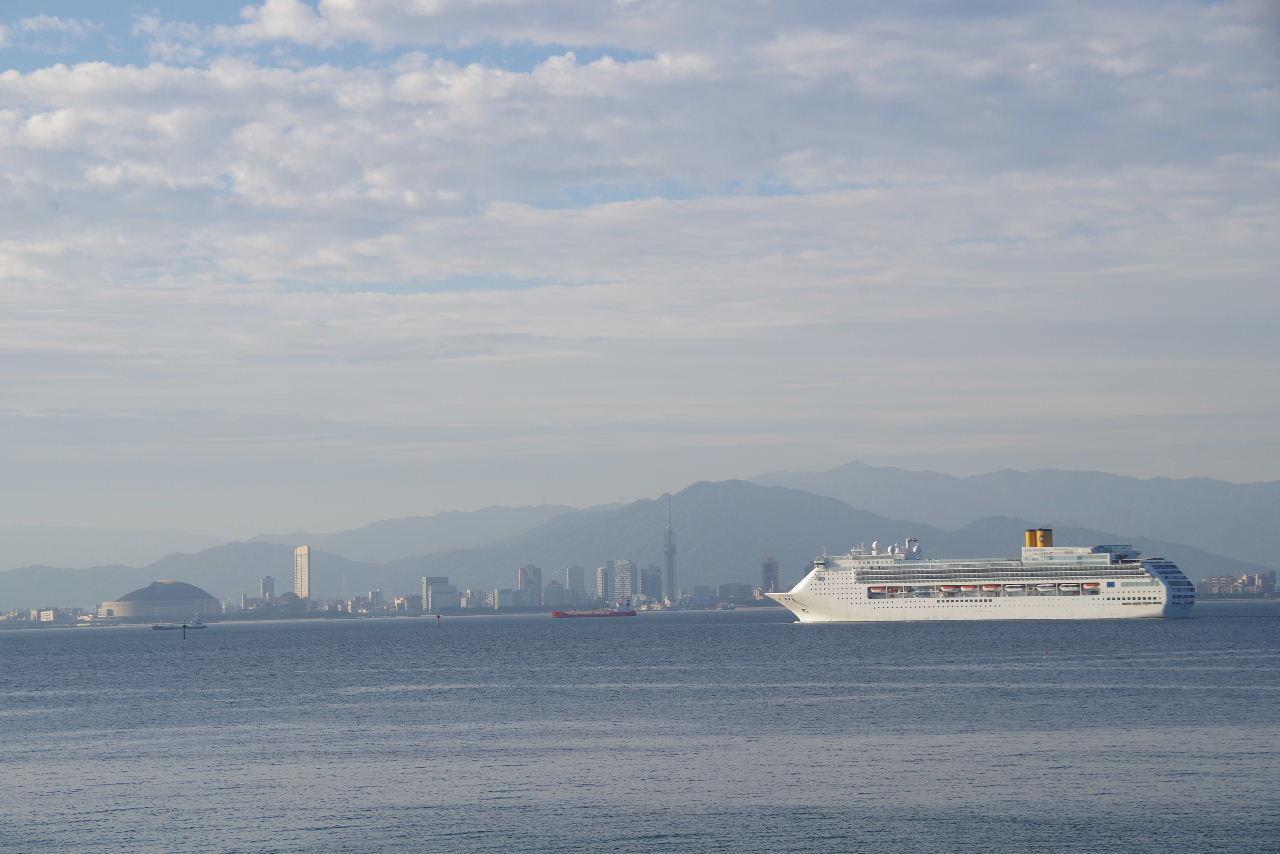 コスタ・ヴィクトリア(Costa Victoria)が 博多湾に入航_c0011649_739138.jpg
