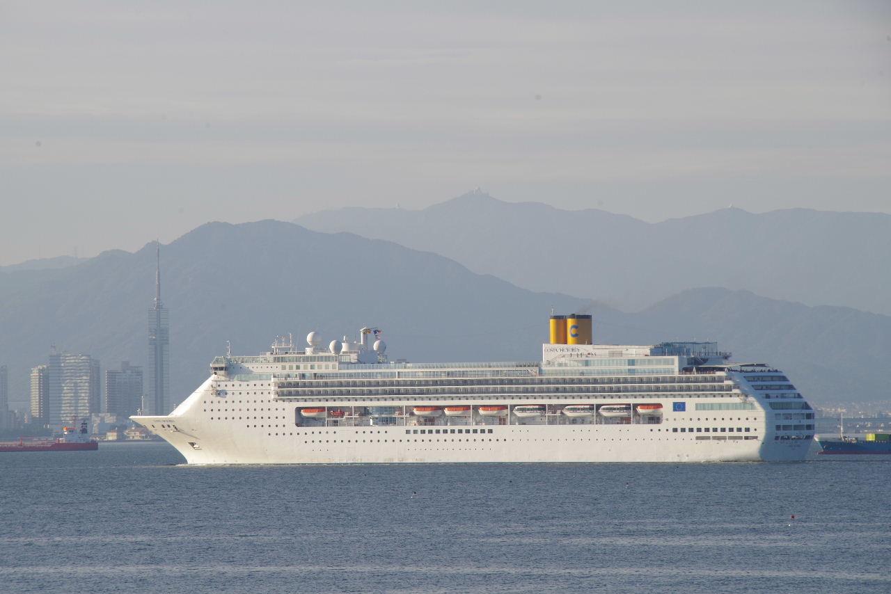 コスタ・ヴィクトリア(Costa Victoria)が 博多湾に入航_c0011649_7401060.jpg