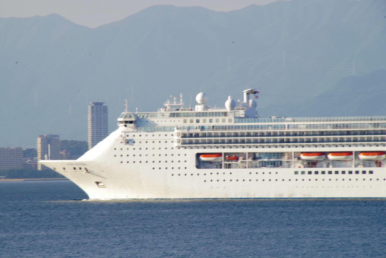 コスタ・ヴィクトリア(Costa Victoria)が 博多湾に入航_c0011649_7402722.jpg