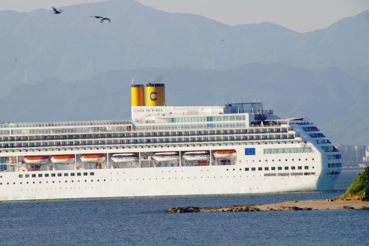 コスタ・ヴィクトリア(Costa Victoria)が 博多湾に入航_c0011649_740419.jpg