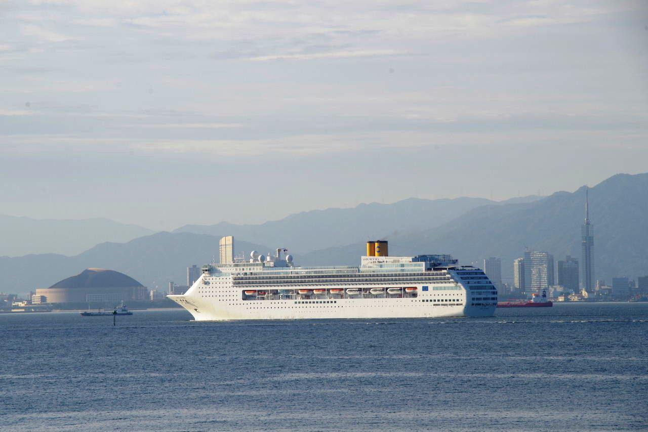 コスタ・ヴィクトリア(Costa Victoria)が 博多湾に入航_c0011649_743413.jpg