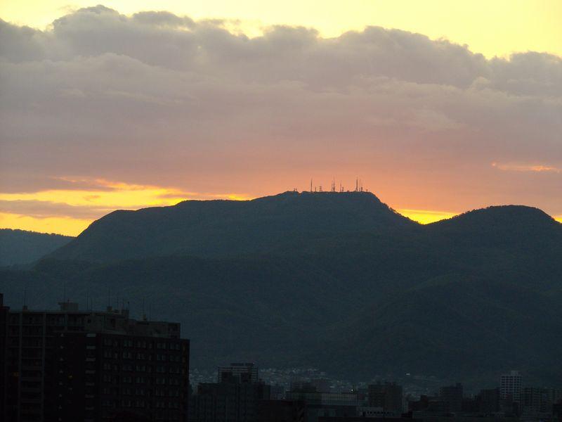 通り雨の後気温急降下するも夕日に浮き上がる山の端_c0025115_1830648.jpg