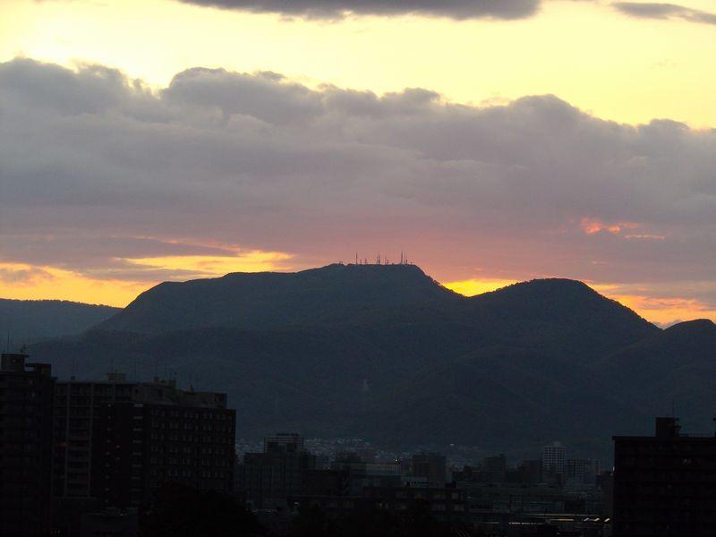 通り雨の後気温急降下するも夕日に浮き上がる山の端_c0025115_18352490.jpg