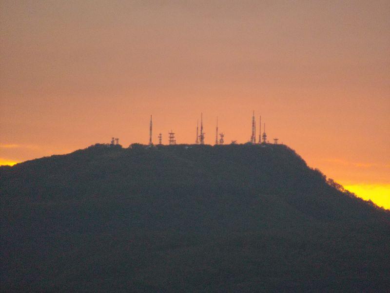 通り雨の後気温急降下するも夕日に浮き上がる山の端_c0025115_1835633.jpg