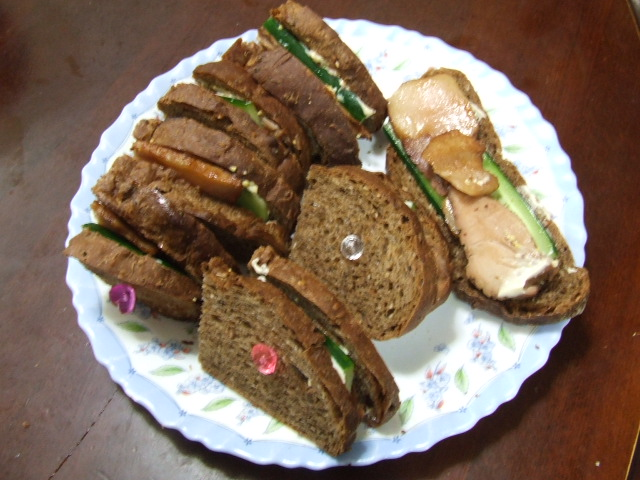 マルチグレイン入りパンのサンドイッチ_f0019498_18523268.jpg