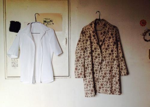 シャツとハーフ丈のショールカラーコート_d0101846_07244116.jpg