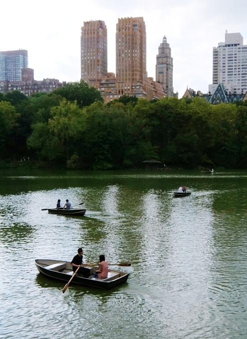 初秋のセントラルパークから、手漕ぎボートの湖_b0007805_1233443.jpg