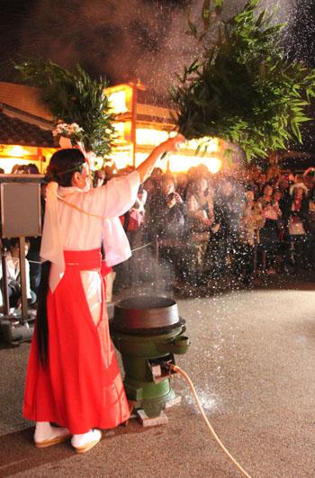 晴明神社 宵宮で湯立て神事_e0048413_18323161.jpg