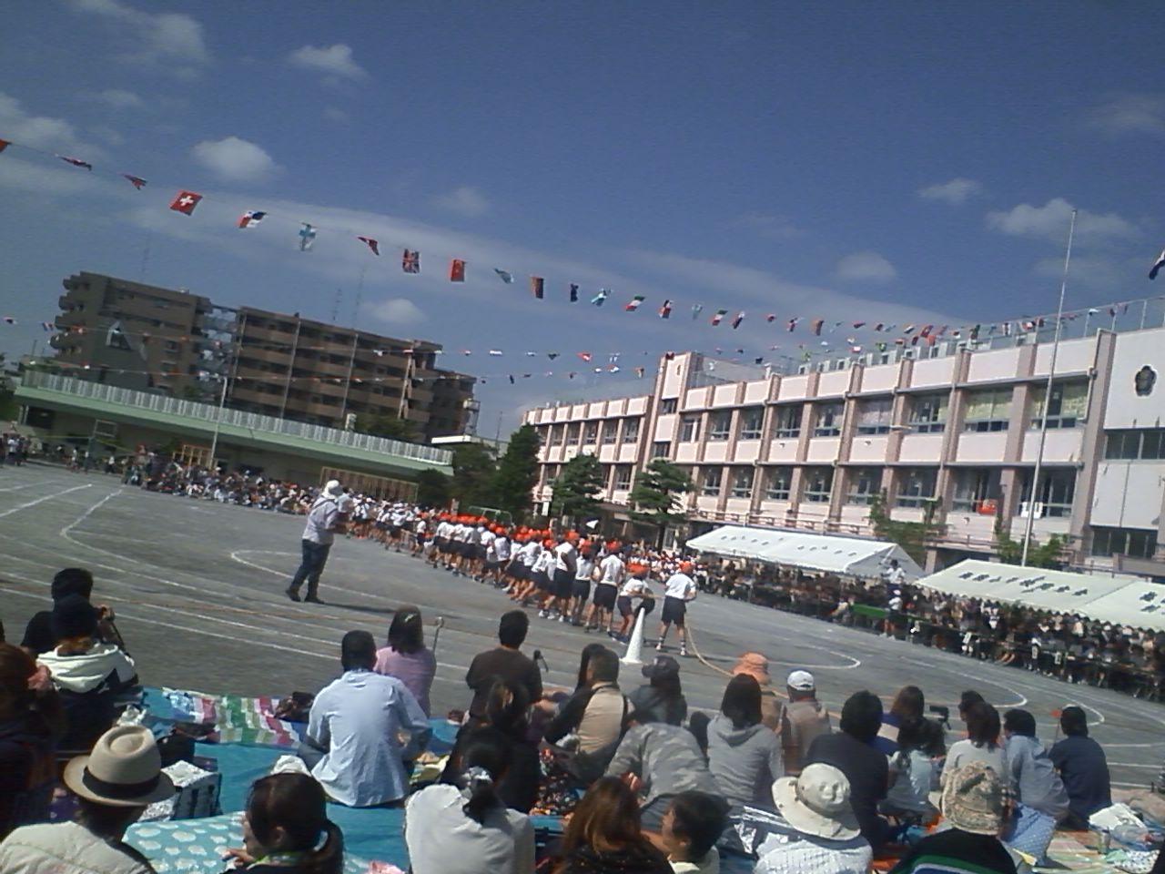 今日は梅田小学校の運動会にもおじゃましました〜ちょうど綱引きの熱戦 ...