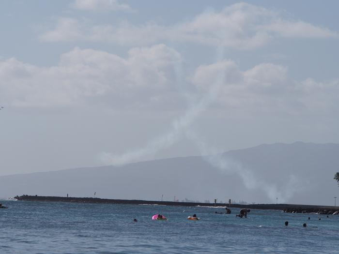 2014 9月 ハワイ (6)  みえた ブルーエンジェルスと 巨大なマイタイ_f0062122_1850461.jpg