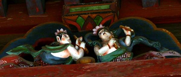 ご近所巡礼3番 龍泉寺の観音堂 かわいらしい天人像_b0018682_22495232.jpg