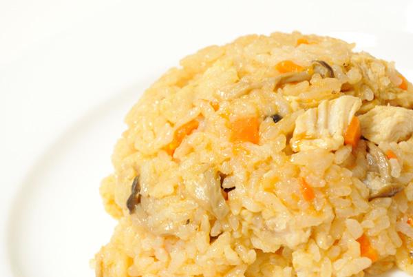 炊飯器で作る「チキンライス風炊き込みご飯」、卵をのせるとなんちゃってオムライスに早変わり?_f0339989_16152773.jpg