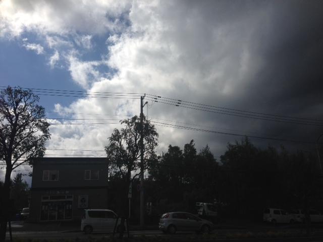 雨のち晴れ 真っ黒い雲が迫ってきてます_b0127002_123829.jpg