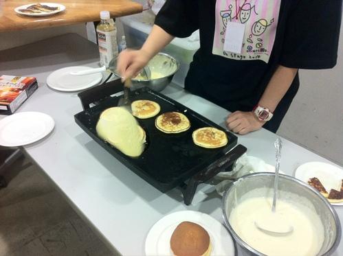 「はや朝オンステージ」の楽屋では協賛の昭和産業さんからいただいたパンケーキ粉を焼いたりもしました。_e0094804_0294631.jpg