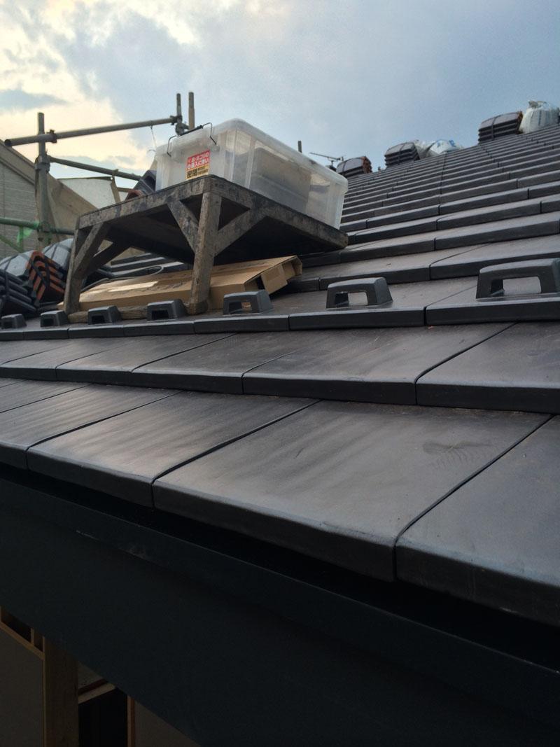 屋根は瓦工事中_a0148909_20181431.jpg
