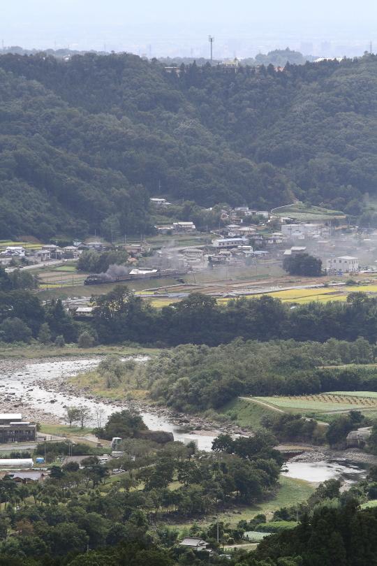 手前に利根川、遠くに前橋 - 2014年秋・上越線 -  _b0190710_656444.jpg