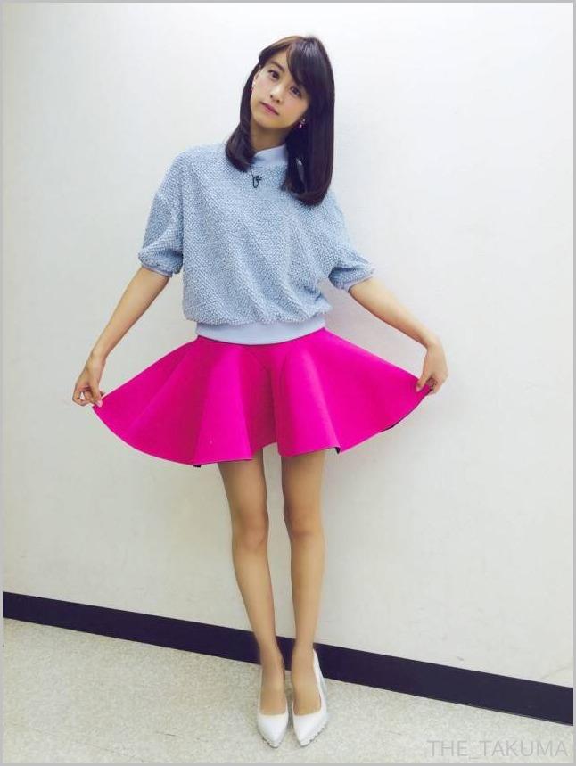 ピンクのスカートをはいた山本美月