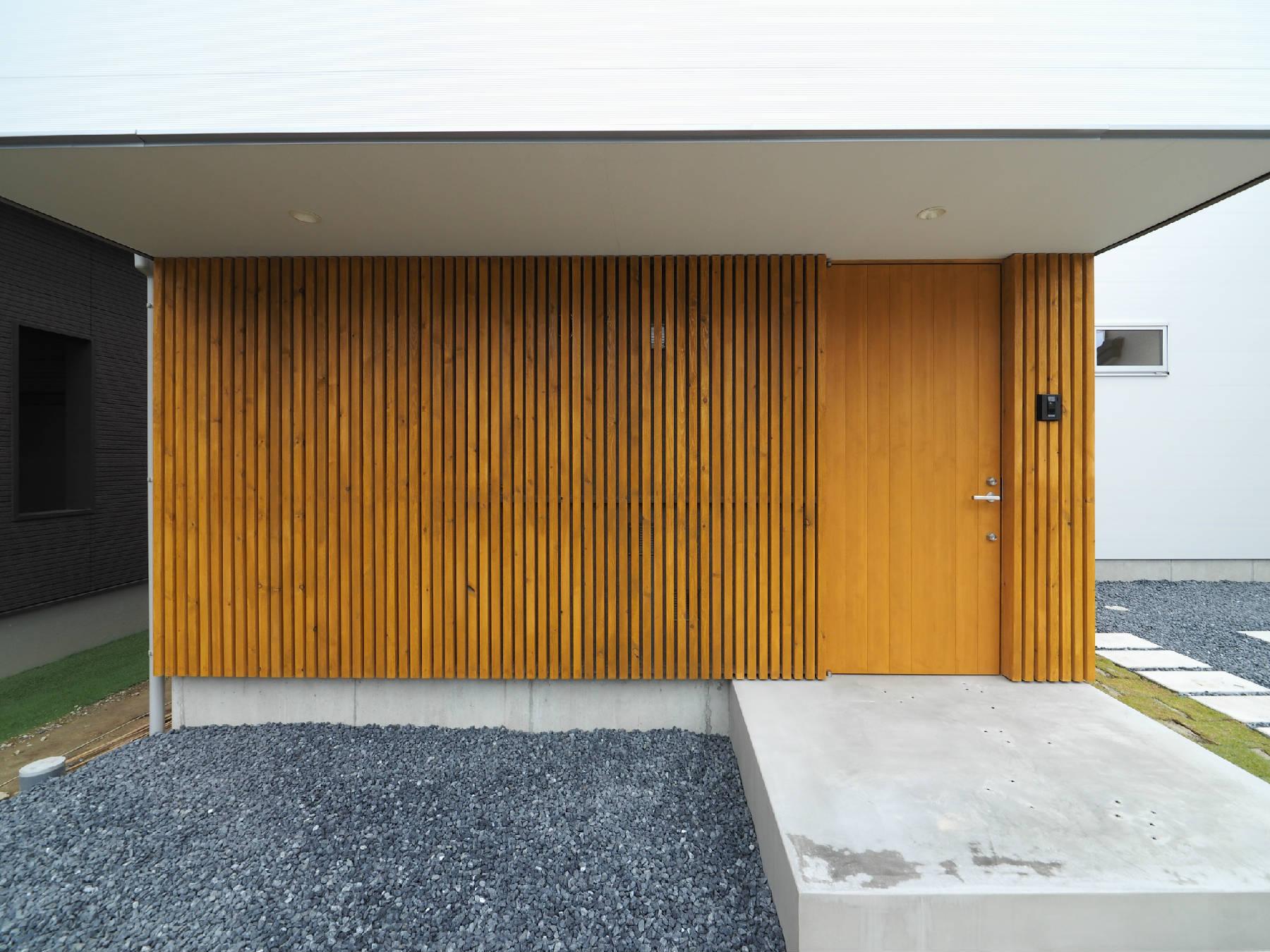 玄関の木格子(その2)玄関側にある洗濯+物干し場_b0349892_00370765.jpg