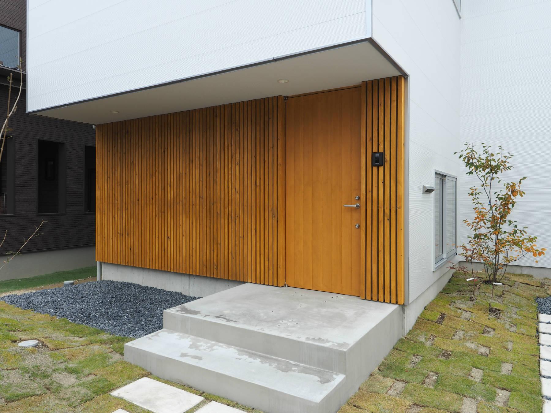 玄関の木格子(その2)玄関側にある洗濯+物干し場_b0349892_00372844.jpg