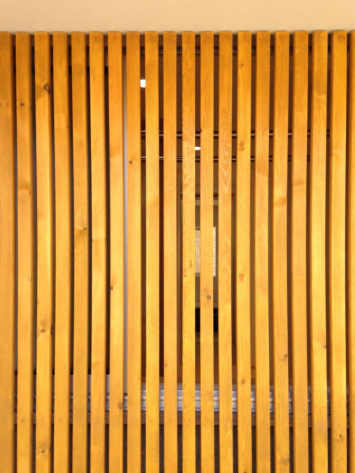 玄関の木格子(その2)玄関側にある洗濯+物干し場_b0349892_00374091.jpg