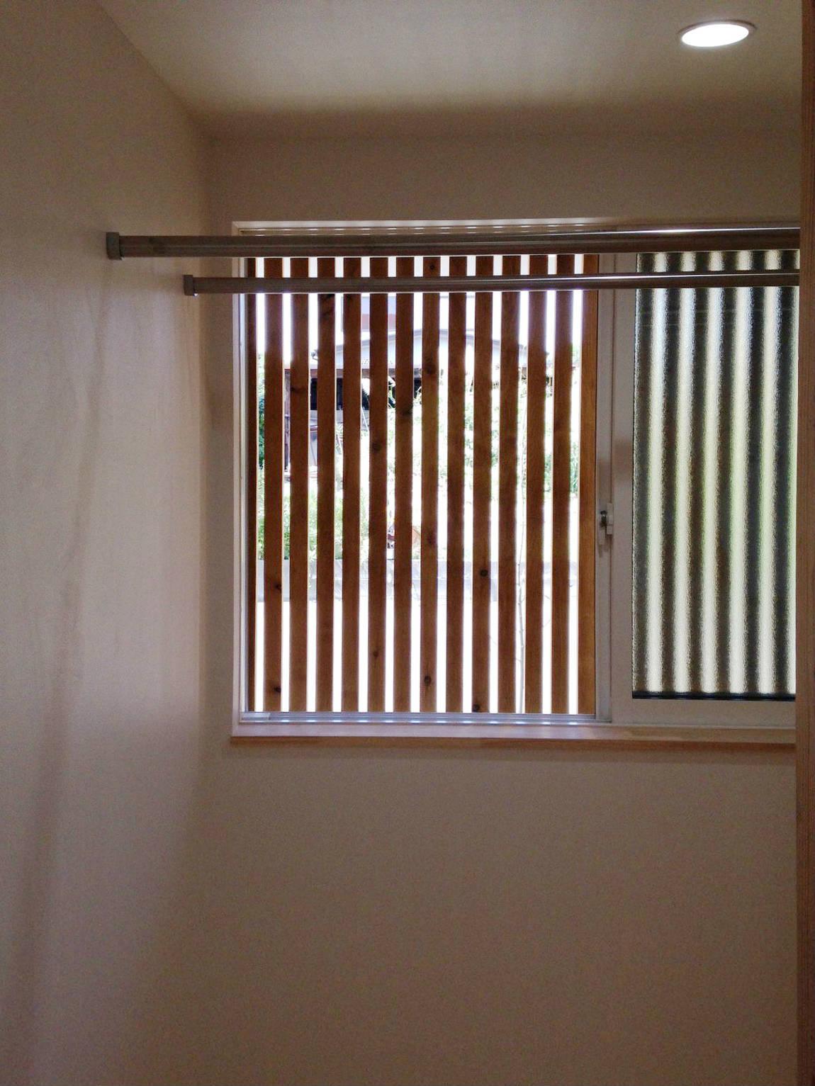 玄関の木格子(その2)玄関側にある洗濯+物干し場_b0349892_00381780.jpg