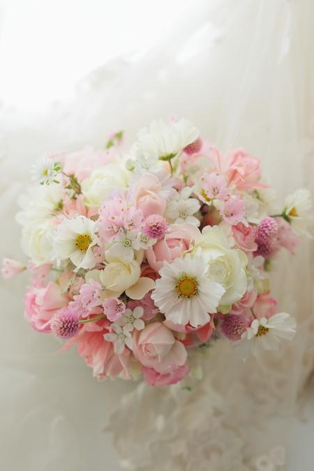 コスモスの季節にコスモスのブーケ いろいろな花で白とピンクのブーケと職業について_a0042928_21524285.jpg