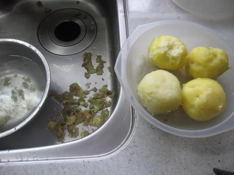 始まった冬囲いとKちゃんに芋餅を作った_a0279743_12133216.jpg