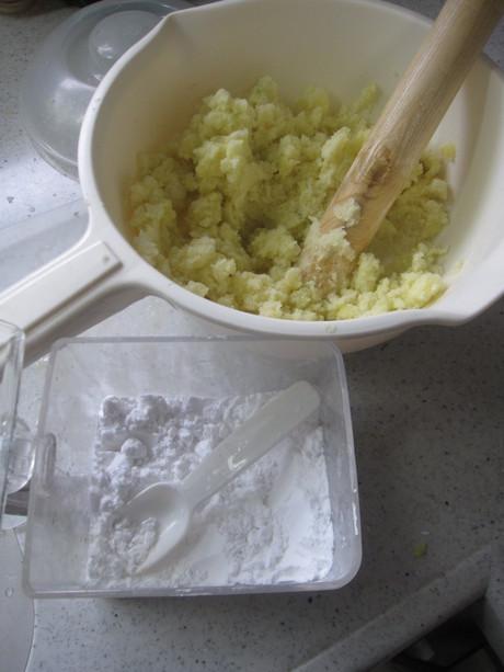 始まった冬囲いとKちゃんに芋餅を作った_a0279743_12144818.jpg