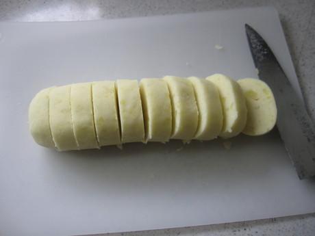 始まった冬囲いとKちゃんに芋餅を作った_a0279743_12185916.jpg