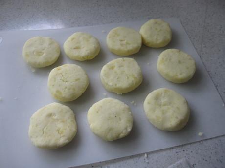 始まった冬囲いとKちゃんに芋餅を作った_a0279743_1219158.jpg