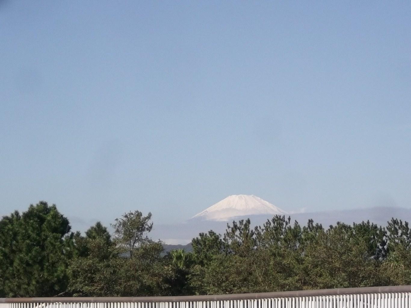 富士山に初冠雪..雪化粧して綺麗です。_b0137932_12303.jpg