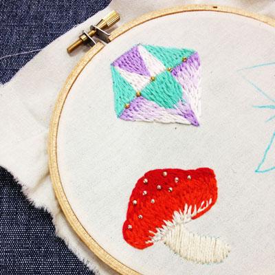 作りかけの刺繍のブローチ_a0277132_22223576.jpg