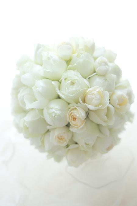 挙式のブーケ 八芳園さまへ 白のバラだけで_a0042928_23515637.jpg