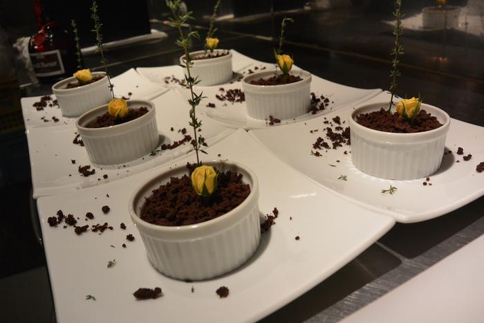 『大人のチョコレートケーキ』数量限定です。&10月24日(金)のランチメニュー_d0243849_23553031.jpg