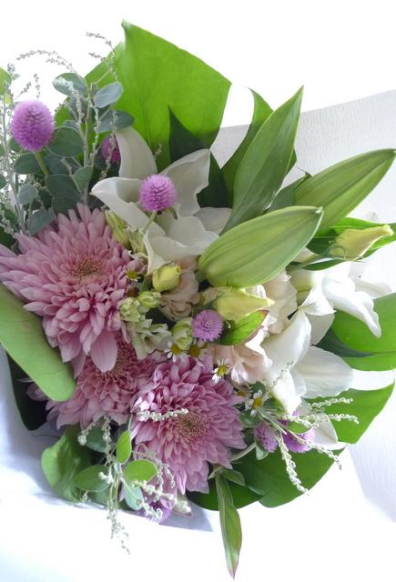 お供え花束。西区二十四軒にお届け。「百合、ピンク濃淡、白少し、明るく」。_b0171193_19124988.jpg