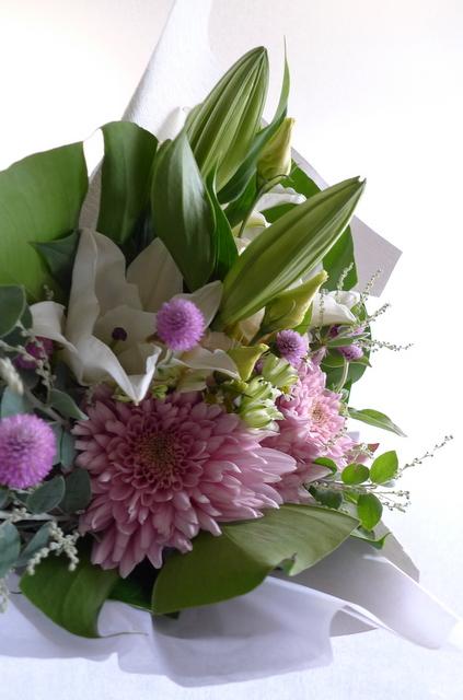 お供え花束。西区二十四軒にお届け。「百合、ピンク濃淡、白少し、明るく」。_b0171193_19125280.jpg