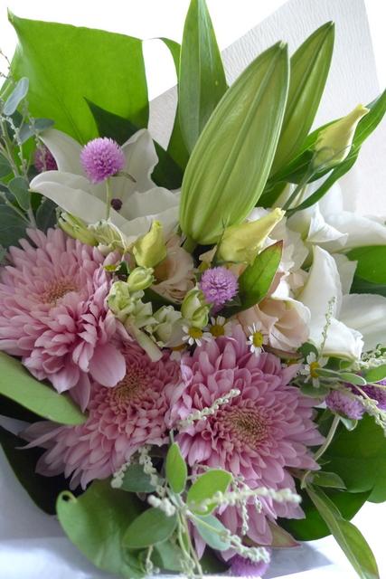 お供え花束。西区二十四軒にお届け。「百合、ピンク濃淡、白少し、明るく」。_b0171193_19125885.jpg