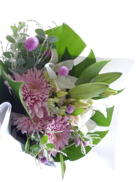 お供え花束。西区二十四軒にお届け。「百合、ピンク濃淡、白少し、明るく」。_b0171193_19130157.jpg