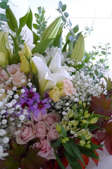 ご自宅での十三回忌法要に花束。「色を入れて、バラを使ってもOK」。_b0171193_19153323.jpg