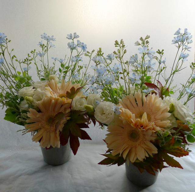 お父様のご自宅での法要に。南区南沢にお届け。一対のアレンジメントと、花束2種。_b0171193_19355242.jpg