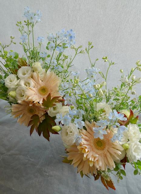 お父様のご自宅での法要に。南区南沢にお届け。一対のアレンジメントと、花束2種。_b0171193_19355610.jpg