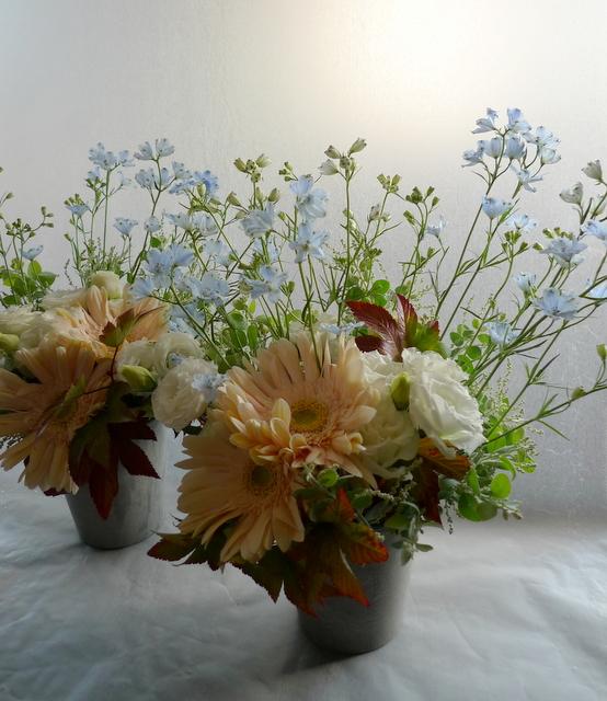 お父様のご自宅での法要に。南区南沢にお届け。一対のアレンジメントと、花束2種。_b0171193_19355914.jpg