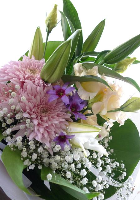 お父様のご自宅での法要に。南区南沢にお届け。一対のアレンジメントと、花束2種。_b0171193_19360763.jpg