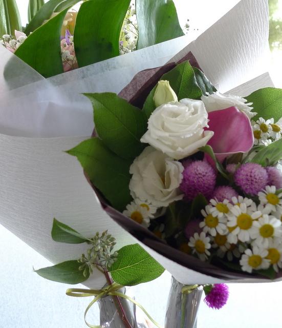 お父様のご自宅での法要に。南区南沢にお届け。一対のアレンジメントと、花束2種。_b0171193_19360977.jpg